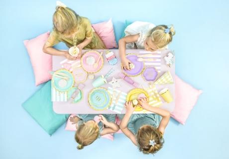 Deck den Tisch zur Eis-Mottoparty in bunten Farben
