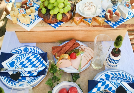 Deftiges Essen für die Oktoberfest-Feier zu Hause
