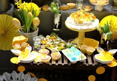 Passend zu Ostern leuchtet der Sweet Table in Gelb mit frühlingshafter Deko