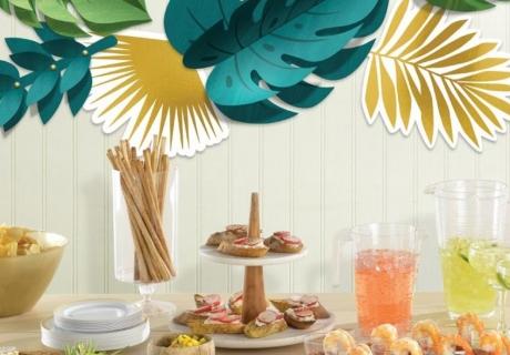 Sommerthemen lassen sich mit leichten Snacks und Palmen-Deko toll umsetzen