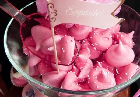 Exquisite sind die süßen Drops, das nostalgische Fähnchen und die romantische Dekoblume