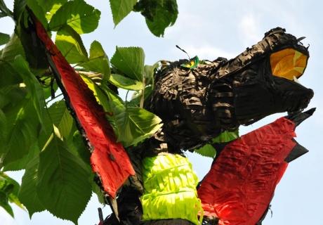 Die Pinata in Drachenform ist der Höhepunkt des Rittergeburtstags