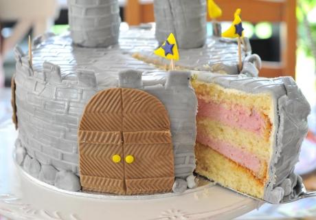 Ein Highlight auf der Ritter-Mottoparty - die Burgtorte (c) Mareike Winter - Biskuitwerkstatt