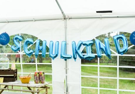 Der Schriftzug aus Folienballons ist ein toller Blickfang zur Einschulungsparty (c) Nadine Bartholdt
