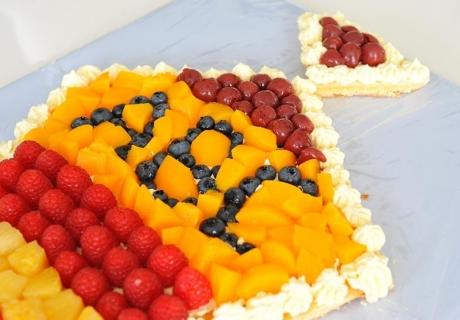 Gestalte die Einschulungs-Torte mit Obst, z.B. Heidelbeeren für das ABC
