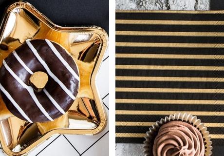 Der Silvester-Sweet-Table kommt supergut mit goldenen Sterntellern und schicken Streifenservietten