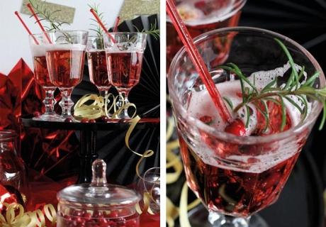 Die Farbe der Drinks passt zum Rest - mit roten Plastiksticks