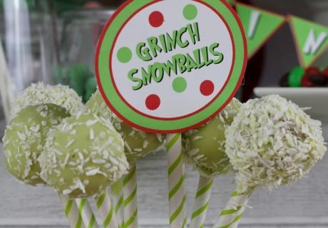 Kokos-Schnee sorgt auf den Cake Pops in giftigem Grün bei allem Grinch-Treiben für Weihnachtsoptik