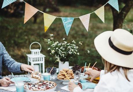 Überrasch deine Freunde mit einem Sommerpicknick mit tollem Garten-Ambiente