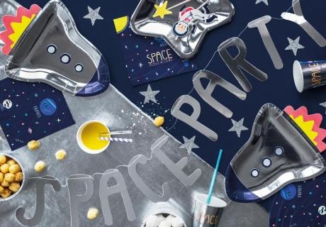 Metallisch schimmernde Deko macht die Space Party noch realistischer