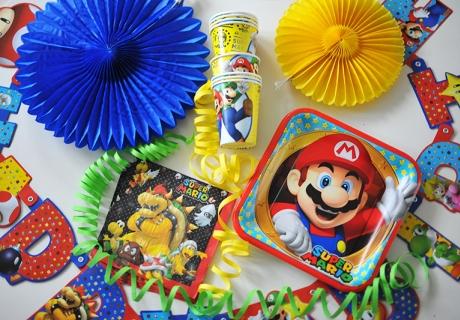 Mit dieser Partydeko könnt ihr eine Super-Mario-Party, eine Nintendo-Zockerparty oder einen Superhelden-Geburtstag angemessen dekorieren