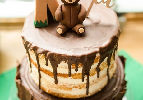Waldfreunde werden diesen Kuchen lieben - der Cake-Topper ist passend aus Holz (c) annalotz.fotografie