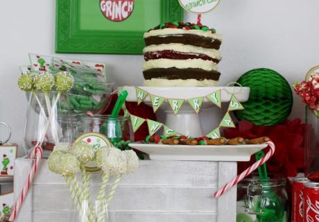Eine wahre Zuckerbombe zu Grinch-Mas ist der Kuchen im Streifenlook